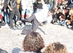 I ragazzi ballano davanti al Comune (inserita in galleria)