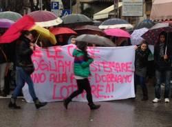 Ombrelli e tricolori colorano la protesta (inserita in galleria)
