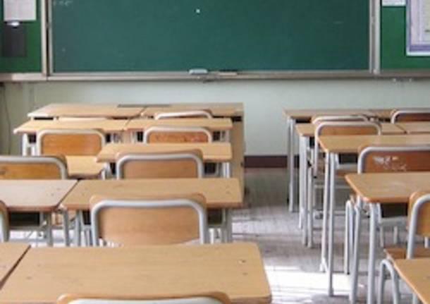scuola banchi vuoti aula vuota