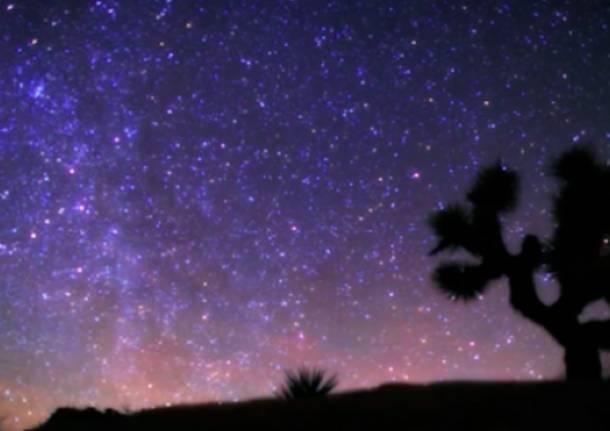 Spettacolare notte in time lapse nel deserto