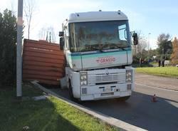 Camion di resina si ribalta a Castellanza (inserita in galleria)