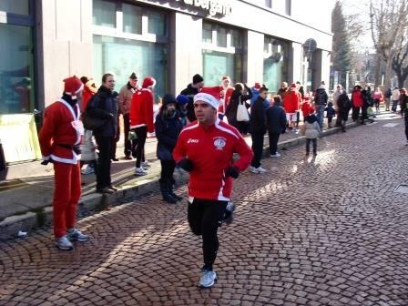 La corsa dei Babbi Natale a Tradate (inserita in galleria)