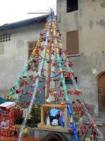 Materiale di riciclo per l'albero di Natale  (inserita in galleria)