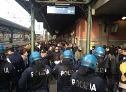 Tensione studenti polizia in stazione a Saronno (inserita in galleria)