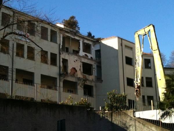 Via Ravasi, le ruspe abbattono la vecchia università (inserita in galleria)