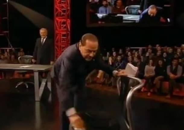 Berlusconi pulisce la sedia di Travaglio prima di sedersi