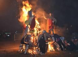 Brucia la Gioeubia di Borsano (inserita in galleria)