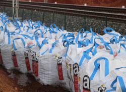 Centinaia di sacchi bianchi lungo la ferrovia (inserita in galleria)
