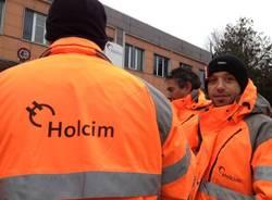I lavoratori della Holcim in protesta (inserita in galleria)