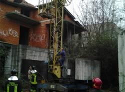 La rimozione della gru di via Rodari (inserita in galleria)