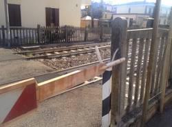I danni del camion al passaggio a livello (inserita in galleria)