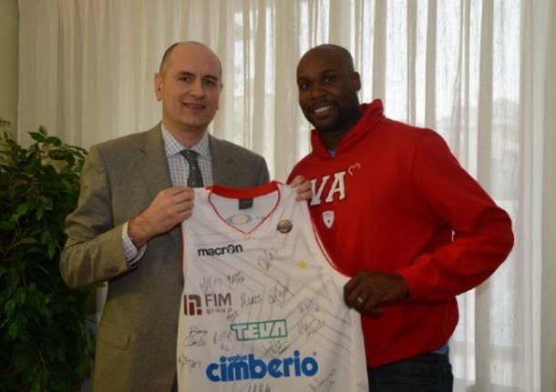 Cimberio, la squadra in visita allo sponsor (inserita in galleria)