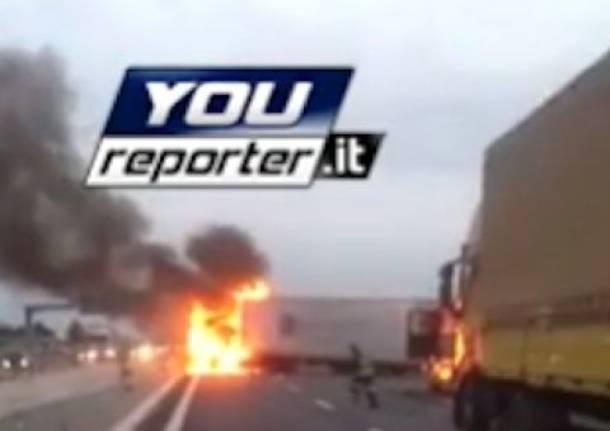 Camion in fiamme sulla A-9 dopo l'assalto