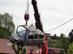 """Auto """"caduta"""" sulla ferrovia: le immagini del recupero con la gru (inserita in galleria)"""