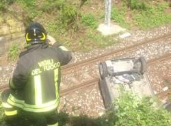 Auto sulla ferrovia, miracolosamente salvo il guidatore (inserita in galleria)