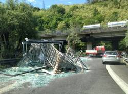 Camion perde carico di vetri, tangenziale in tilt (inserita in galleria)