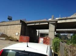 L'abbattimento del ponte sulla ferrovia (inserita in galleria)