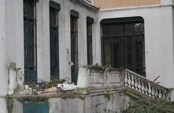 Villa Braghenti, cadono due piante causando gravi danni (inserita in galleria)