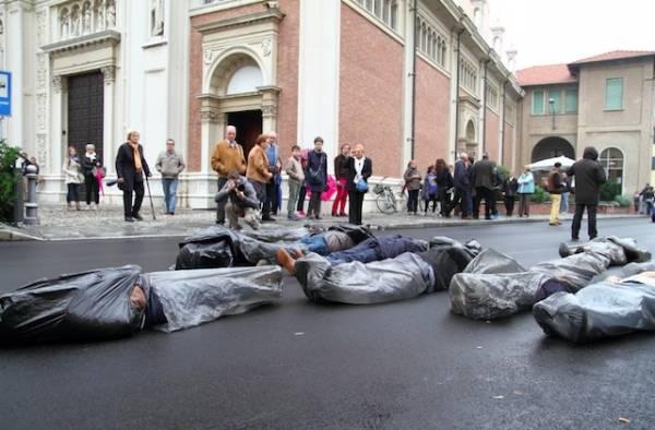 """""""Cadaveri"""" in mezzo alla strada a Venegono (inserita in galleria)"""