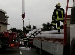 Camion perde il carico, traffico in tilt a Saronno (inserita in galleria)
