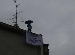 Lavoratore sul tetto per protesta (inserita in galleria)