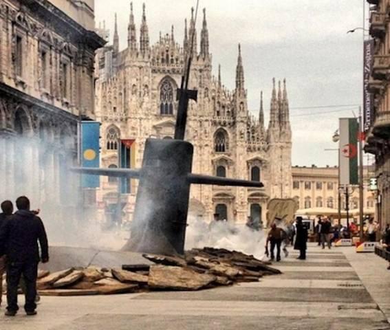 Sottomarino emerge a Milano (inserita in galleria)