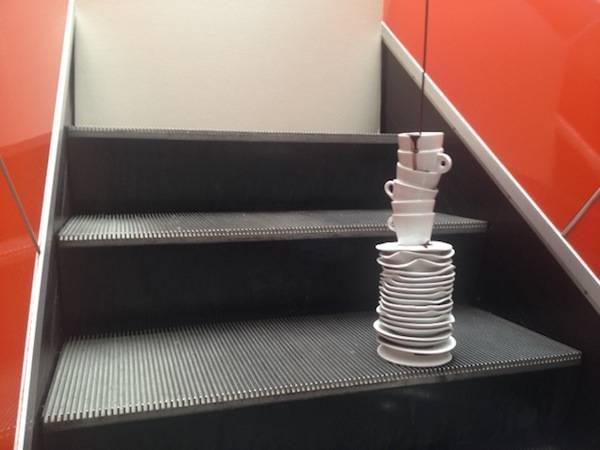 Tazze di ceramica sulle scale mobili del Comune (inserita in galleria)
