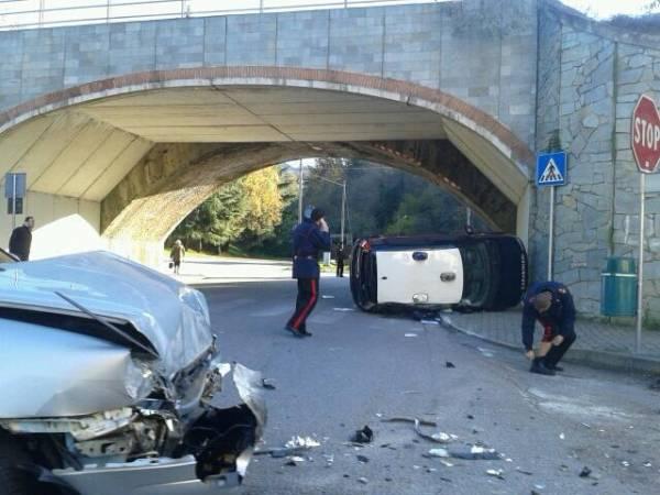 Auto dei Carabinieri si ribalta a Porto Valtravaglia (inserita in galleria)