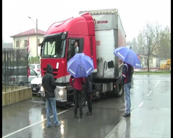 Husqvarna, i lavoratori bloccano i camion (inserita in galleria)