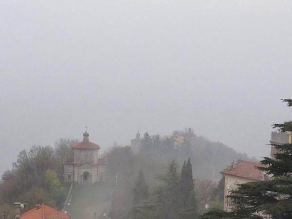 Il Sacro Monte nella nebbia (inserita in galleria)