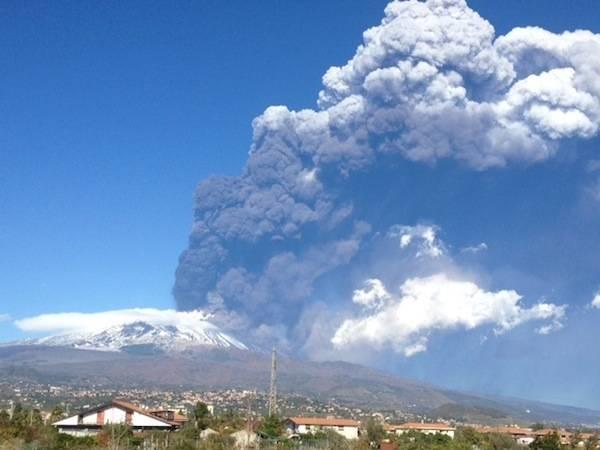 L'eruzione dell'Etna (inserita in galleria)