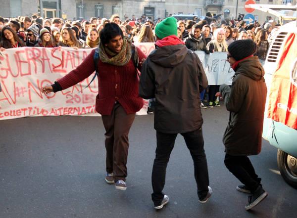 La manifestazione degli studenti a Busto Arsizio (inserita in galleria)