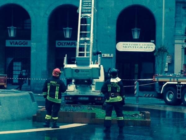 Vigili del fuoco in piazza Monte Grappa, Varese (inserita in galleria)