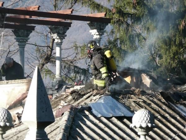 A fuoco tetto di una villa (inserita in galleria)