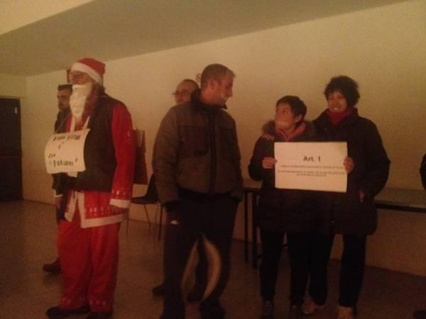 Babbo Natale imbavagliato al consiglio comunale di Gallarate (inserita in galleria)