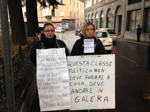 I forconi manifestano davanti ad Equitalia (inserita in galleria)
