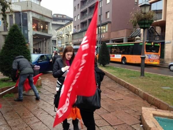 Pulizia nelle scuole, la protesta delle lavoratrici (inserita in galleria)