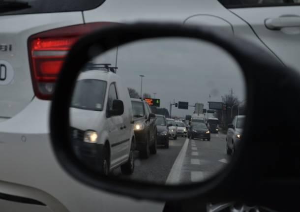 Ribaltamento tra superstrada e autostrada (inserita in galleria)