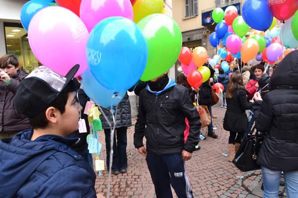 Un volo di palloncini per i minori senza voce (inserita in galleria)
