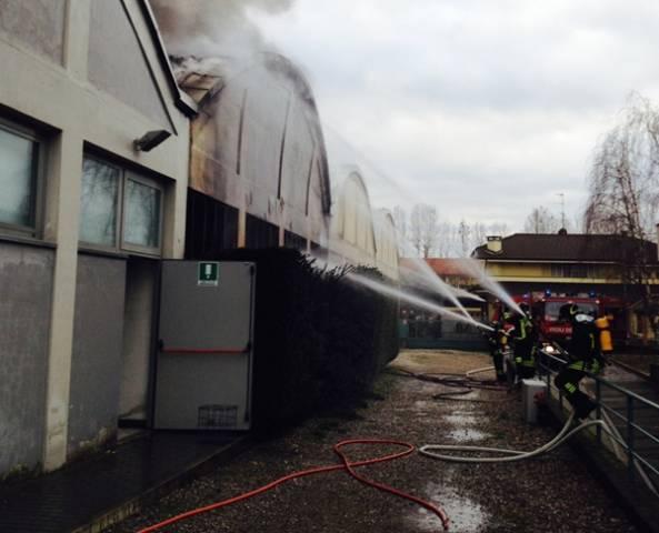 Incendio in una ditta a Vanzaghello (inserita in galleria)