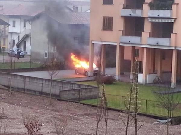 Auto in fiamme a Borsano (inserita in galleria)