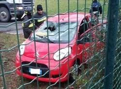 Auto si ribalta in un campo (inserita in galleria)