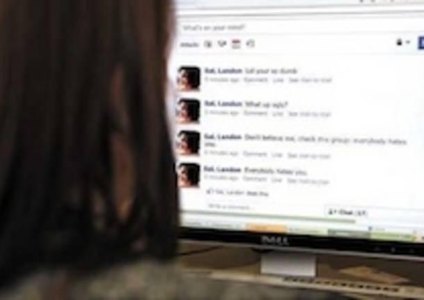 cyberbullismo ragazza computer