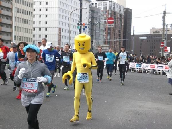 I costumi della maratona di Tokio (inserita in galleria)