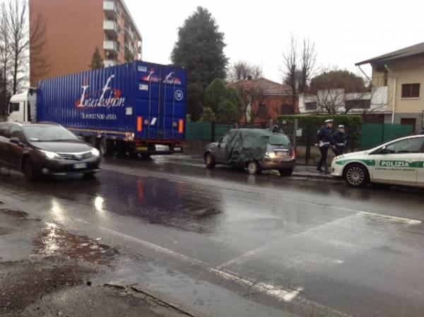 Incidente camion-auto (inserita in galleria)