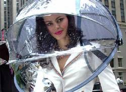 Piove, attrezziamoci (con gli ombrelli più strani)  (inserita in galleria)