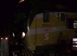 Sbarre aperte al passaggio a livello, traffico ferroviario bloccato nella notte (inserita in galleria)