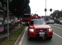 Si ribalta con l'auto in viale Lombardia (inserita in galleria)