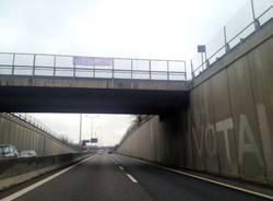 Striscioni No Tav in superstrada (inserita in galleria)