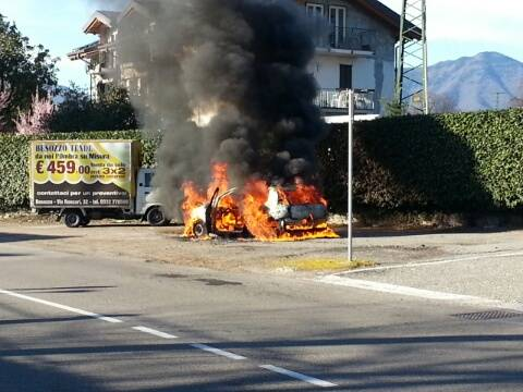 Auto in fiamme a Olginasio (inserita in galleria)